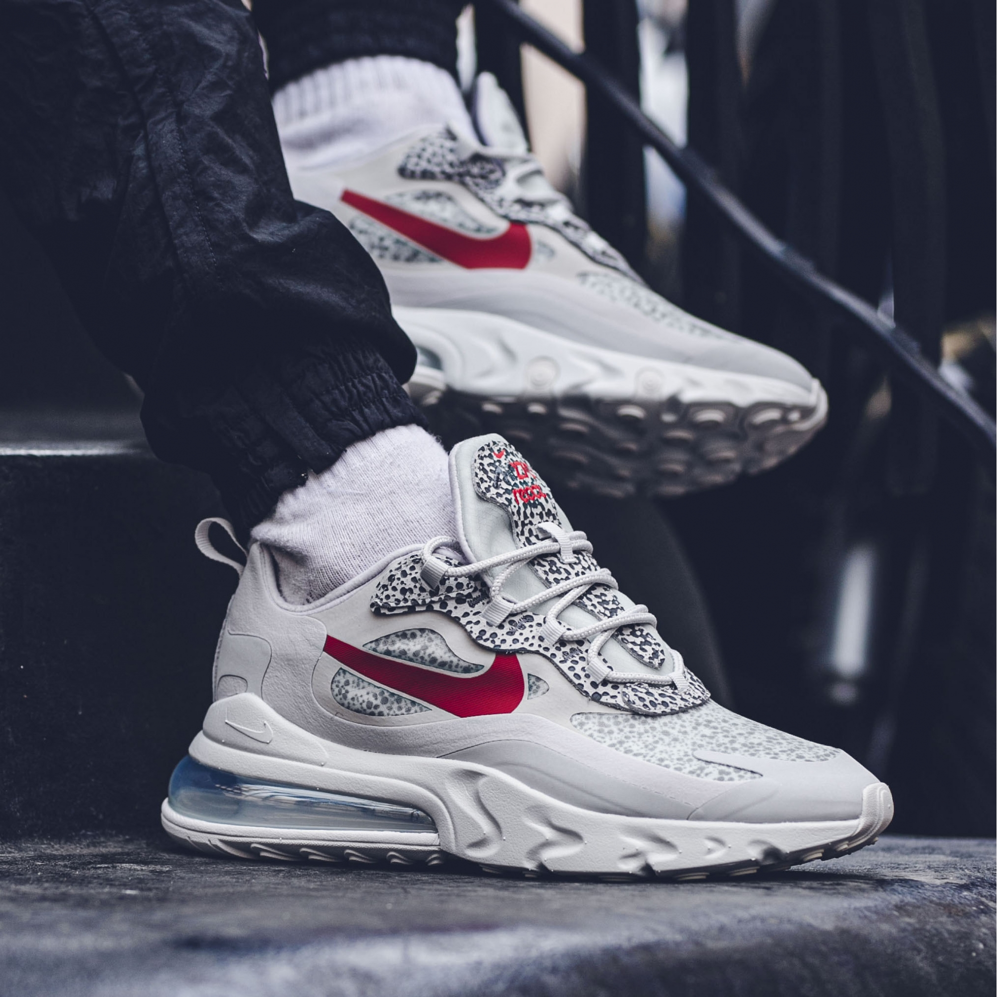 NIKE AIR MAX 270 REACT NEUTRAL GREYUNIVERSITY RED LT